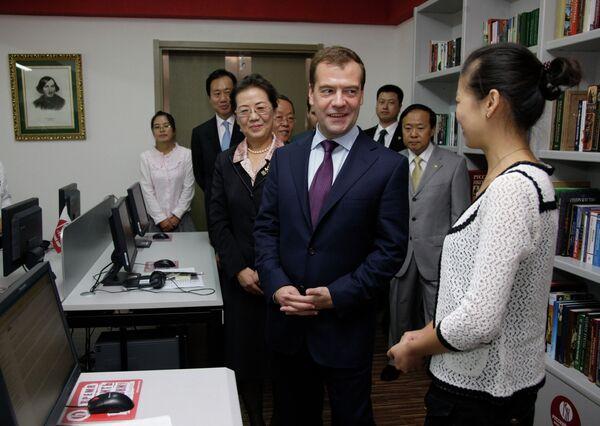 Президент РФ Д.Медведев посетил Даляньский институт иностранных языков