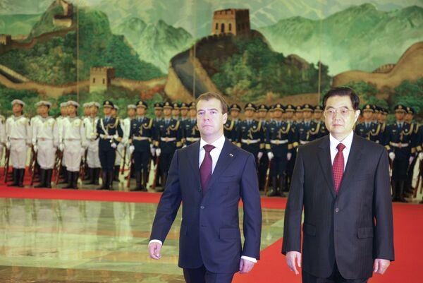 Президент РФ Дмитрий Медведев во время официальной церемонии встречи председателем КНР Ху Цзиньтао