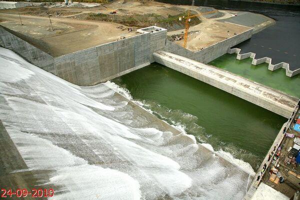 Испытания берегового водосброса на СШГЭС