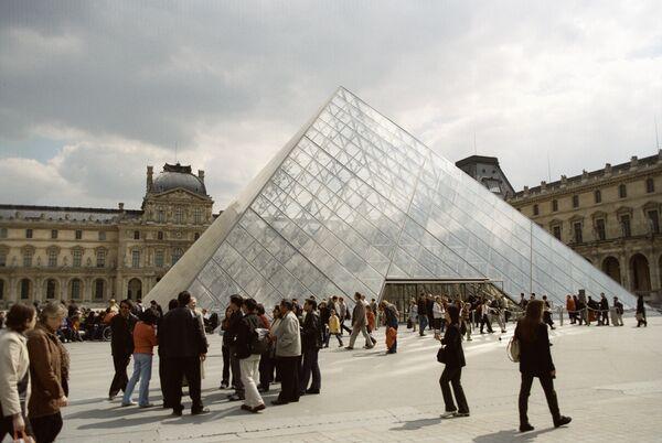 Стеклянная пирамида над входом в Лувр. Архив