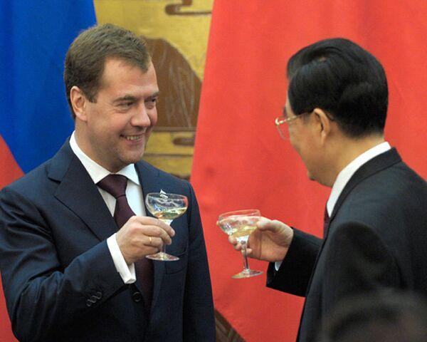 Медведев и Ху Цзиньтао обмыли новый нефтепровод шампанским