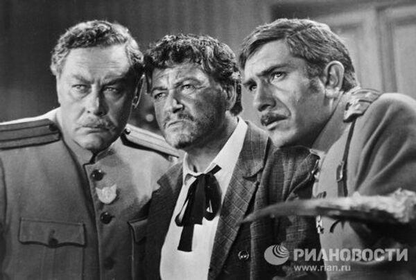 Аркадий Толбузин, Ефим Копелян и Армен Джигарханян в сцене из фильма Новые приключения неуловимых