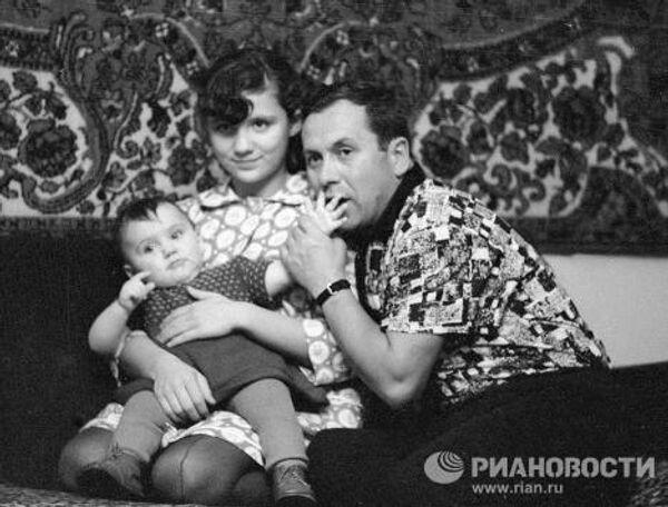 Космонавт Попович со своими дочерьми Наташей и Оксаной