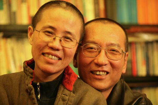 Лауреат Нобелевской премии мира 2010 года Лю Сяобо с супругой