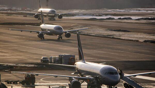 Самолеты в аэропорту. Архив