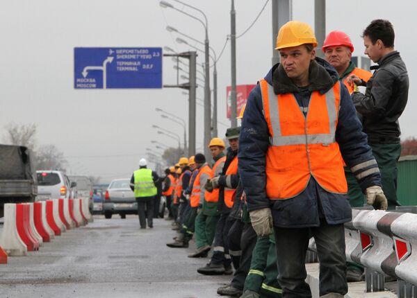 Дорожные рабочие на путепроводе на 24-м километре Ленинградского шоссе. Архив