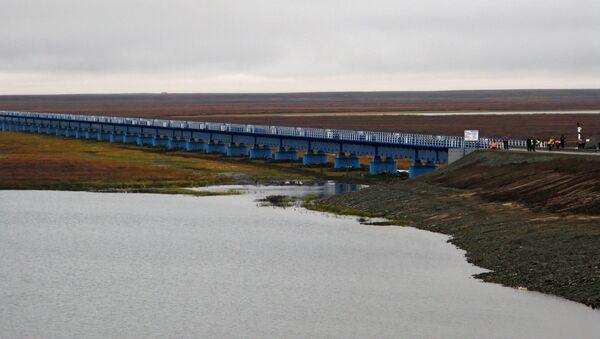 Мост через реку Юрибей на полуострове Ямал. Архив