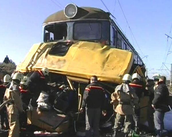 Поезд протаранил пассажирский автобус на Украине