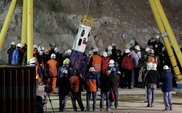 Спасатель на капсуле добрался до заблокированных под землей горняков в Чили
