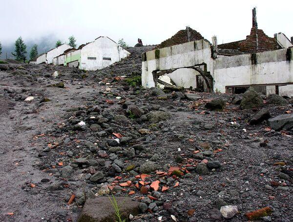Разрушенная извержением деревня на склоне Мерапи
