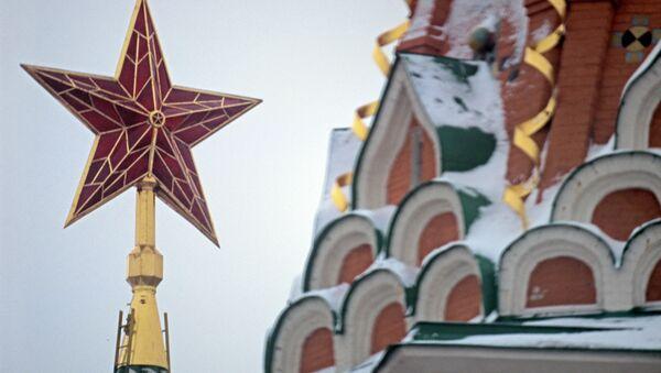 Кремлевская звезда на Спасской башне и фрагмент храма Василия Блаженного. Архивное фото