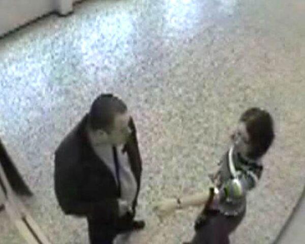 Дети рассказали, как на их глазах мужчина избивал молодую учительницу
