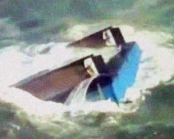 Моряков спасли с перевернутого вверх днищем судна