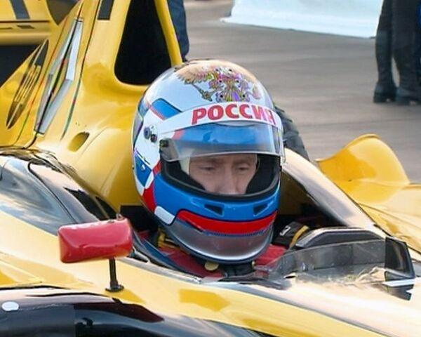 Путин за рулем болида Формулы-1 разогнался до 240 километров в час