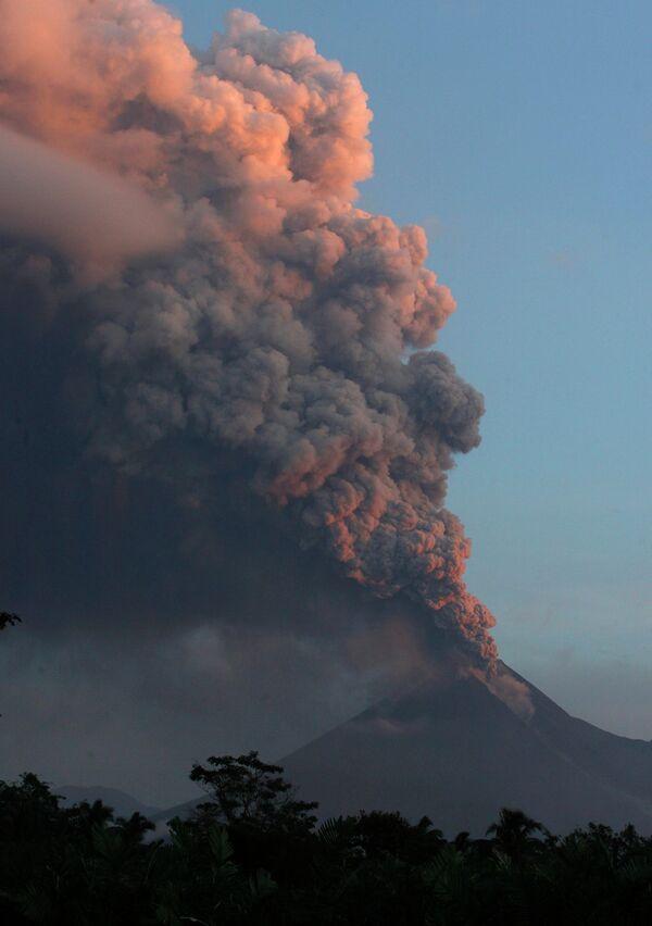 Извержение вулкана Мерапи в Индонезии