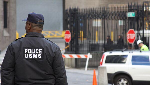 Сотрудник полиции, охраняющий тюрьму временного содержания и федеральный суд Южного округа Нью-Йорка
