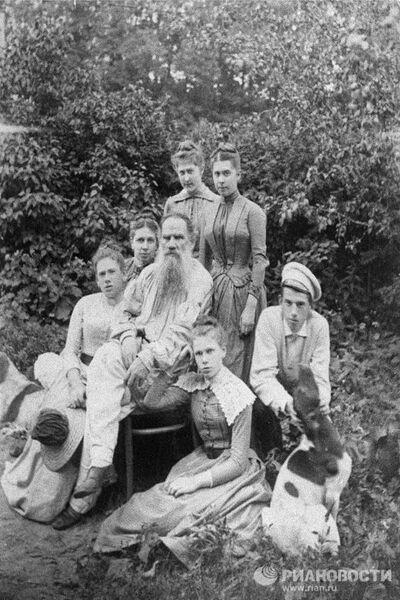 Л.Н.Толстой с родными в Ясной Поляне