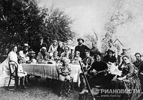 Л.Н.Толстой в кругу семьи и друзей