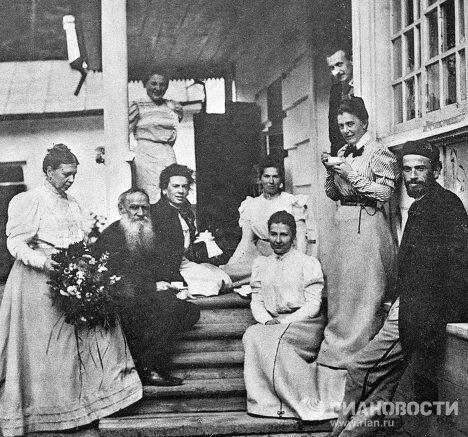 Лев Толстой среди членов семьи и гостей
