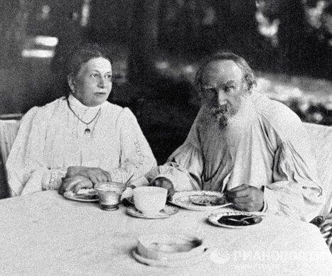 Лев Толстой с супругой