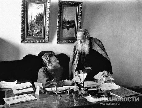 Л.Н.Толстой и его секретарь Н.Гусев в Ясной Поляне