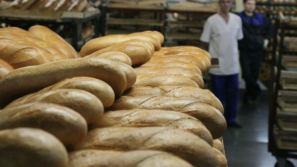 Работа линии по производству хлебобулочных изделий. Архив
