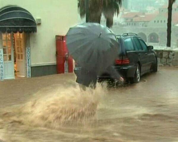 Потоки воды смывают людей с улиц хорватского Дубровника