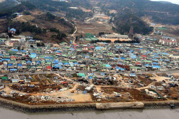 Вид на разрушенные дома на острове Йонпхендо после нападения КНДР на Южную Корею