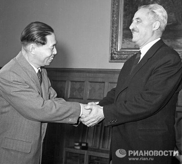 Писатели Мао Дунь и Константин Симонов.