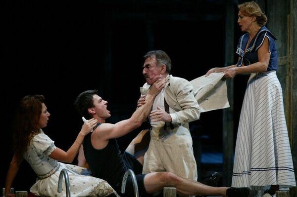 Сцена из спектакля Ревизор в Театре на Малой Бронной