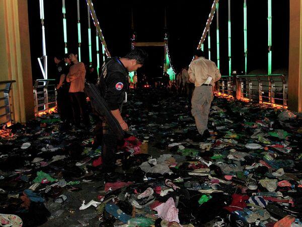 Поиски пострадавших в результате давки на водном фестивале в Камбодже