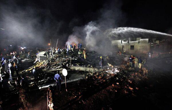 На месте падения грузового самолета в Пакистане