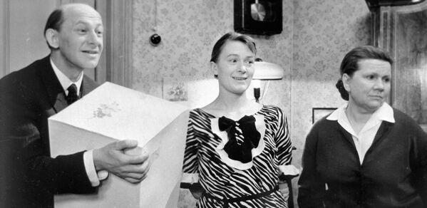 Евстигнеев,Талызина и Сазонова в сцене из фильма Зигзаг удачи