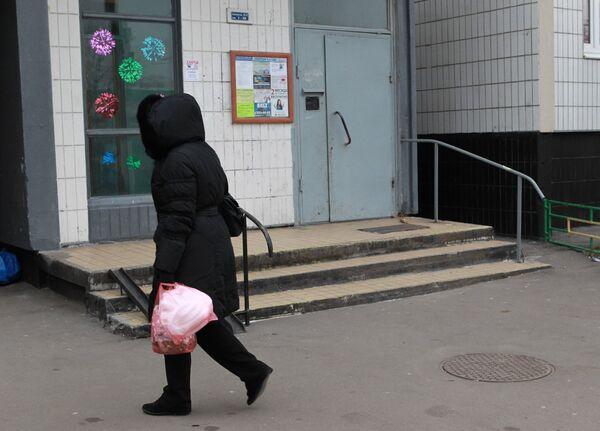 Подъезд дома, в котором живет ученица восьмого класса школы №1356, на которую подруга напала с ножом