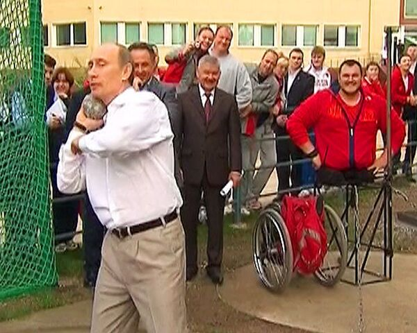 Российские паралимпийцы научили Путина толкать ядро