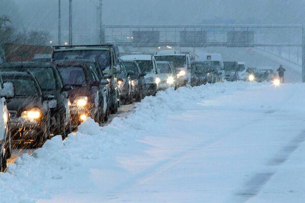 Заторы на дорогах в пригороде Парижа из-за снегопадов