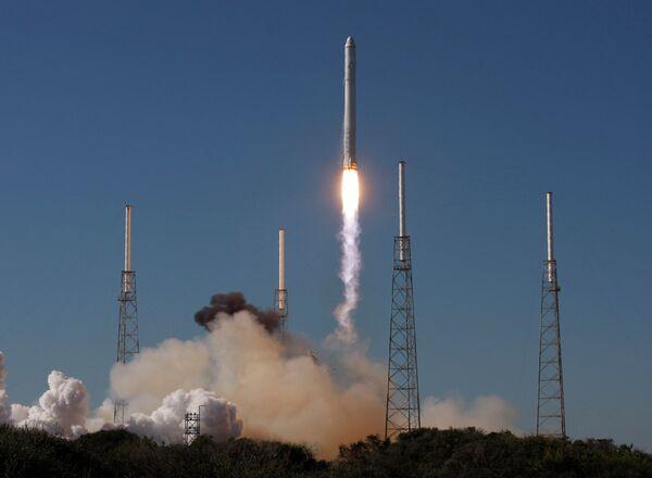 Космическая компания Space Exploration Technologies осуществила с мыса Канаверал первый запуск в космос ракеты-носителя Falcon 9