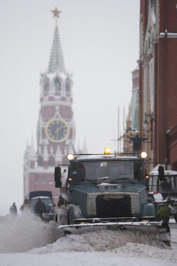 Уборка снега в центре Москвы. Архив