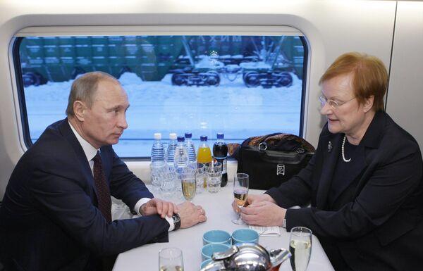 Премьер-министр РФ Владимир Путин и президент Финляндии Тарья Халонен в поезде Аллегро