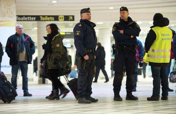 Полицейские патрулируют центральный железнодорожный вокзал в Стокгольме
