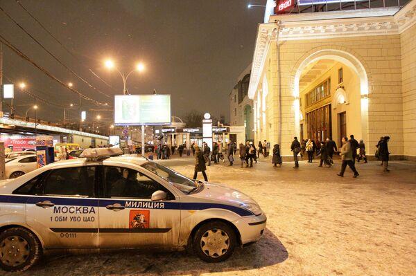 Сотрудники правоохранительных органов возле станции метро Парк культуры в Москве