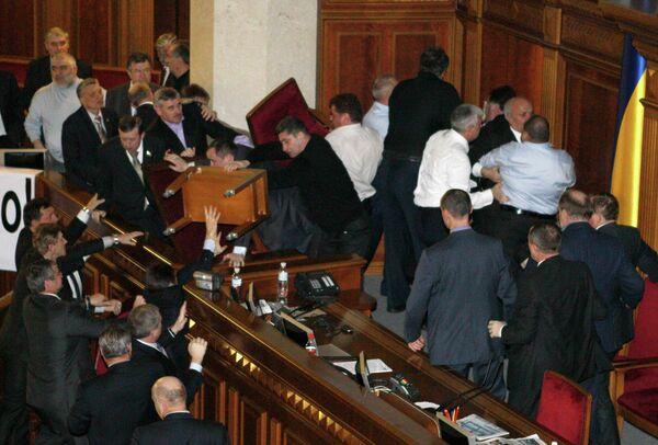 Представители Партии регионов и депутаты фракции БЮТ-Батькивщина дерутся в зале парламента Украины