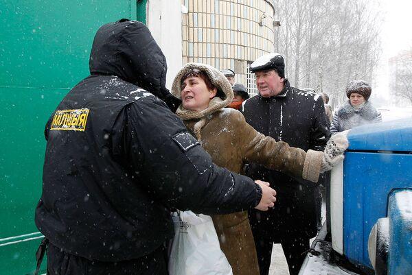 Женщина пытается  получить информацию о ее родственнике, который задержан властями после демонстраци в Минске 19 декабря
