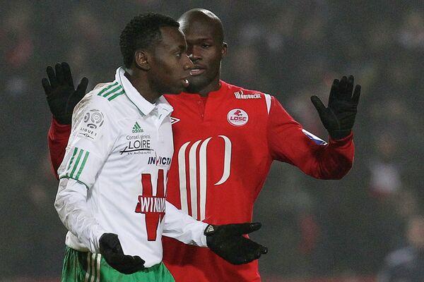 Бакари Сако (в белом)