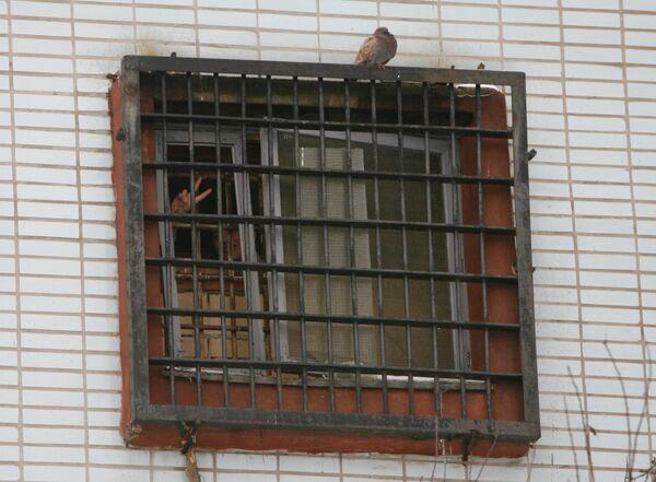 Задержанные после оппозиционных митингов в окнах изолятора временного содержания Минска
