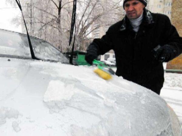 Водители не могут попасть в свои машины из-за гололеда в Москве