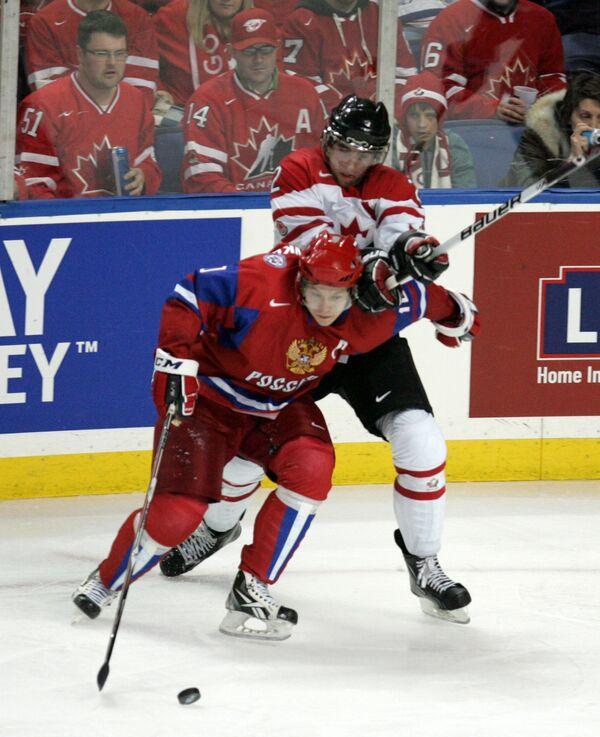 Игровой момент матча Россия - Канада. Архив