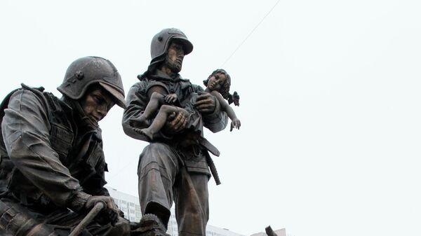 Памятник спасателям и пожарным на Кременчугской улице в Москве