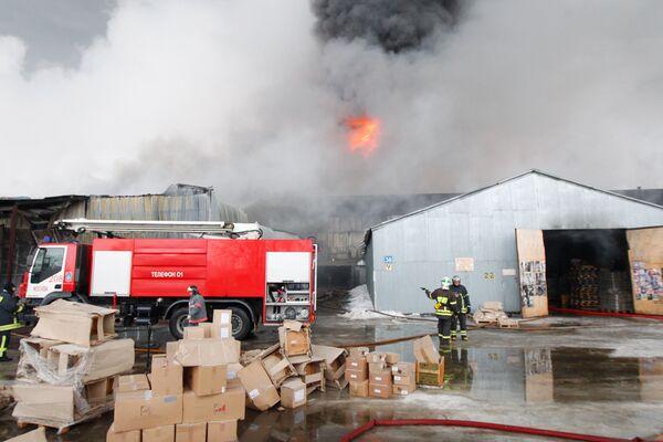 Тушение пожара на складе с мебелью на северо-востоке Москвы