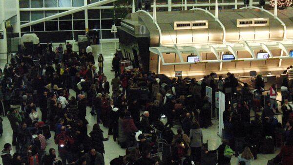 Пассажиры в аэропорту имени Джона Кеннеди в Нью-Йорке